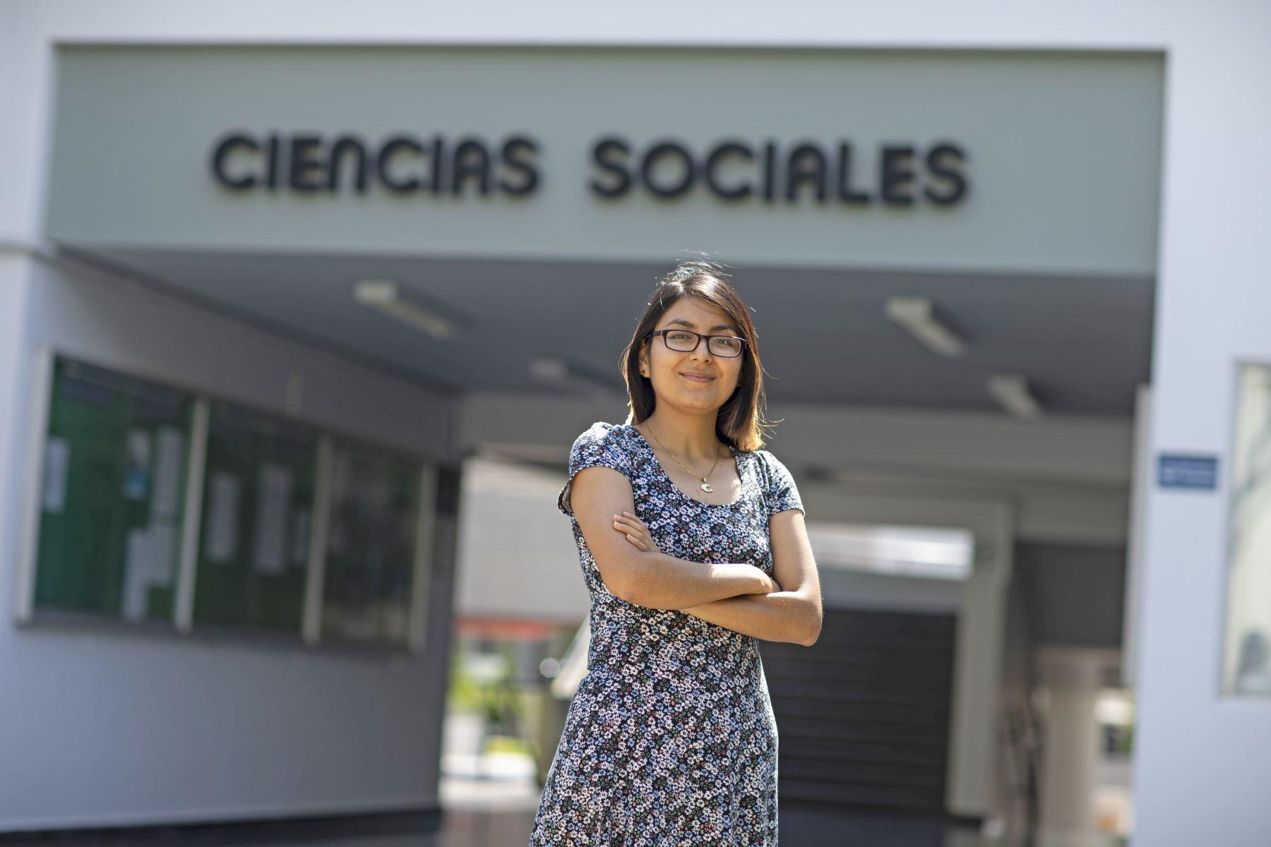 La joven nacida en Cajamarca estudió en el Colegio de Alto Rendimiento de Lima (COAR) y, gracias a una beca del BCP, estudió Ciencia Política y Gobierno en la citada universidad, logrando primer puesto de su especialidad, donde ya se licenció.Foto: PUCP