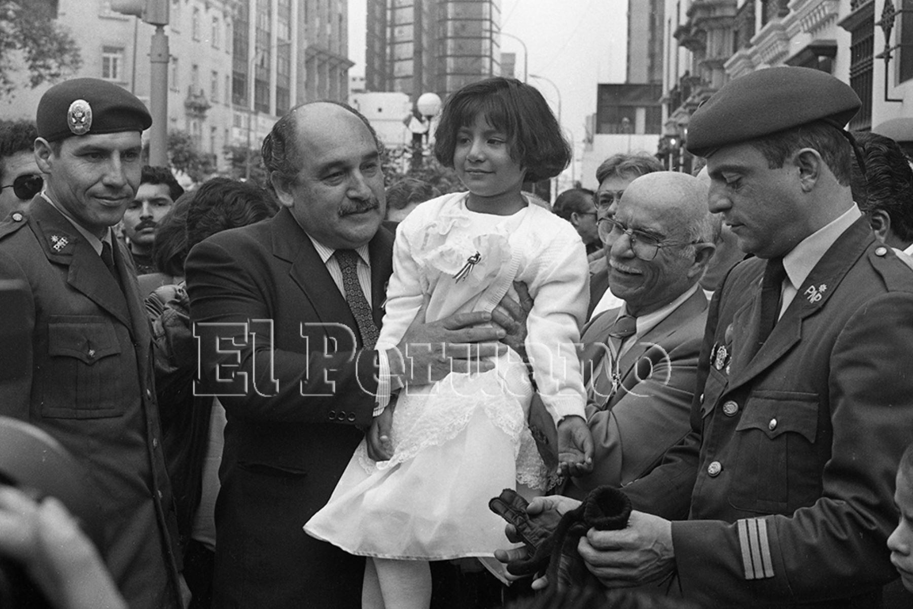 Lima - 18 julio 1993 / El alcalde  Alberto Andrade Carmona y Vanessa Quiroz, niña simbolo de Tarata, participan en la marcha por la paz en Miraflores.