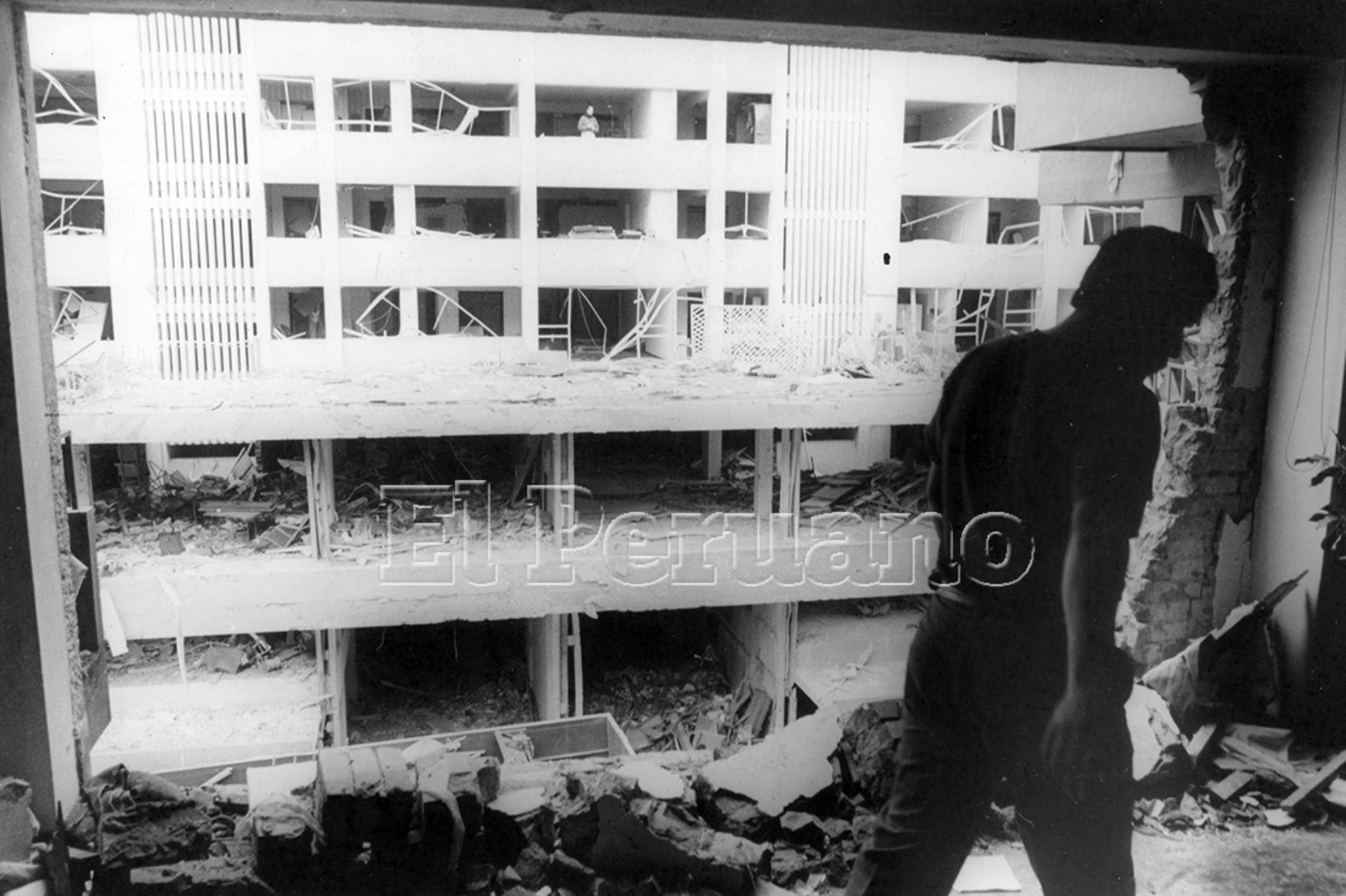 Lima - 17 julio 1992 / Edificio en escombros luego del atentado con coche bomba perpetrado por Sendero Luminosos en la calle Tarata de Miraflores.