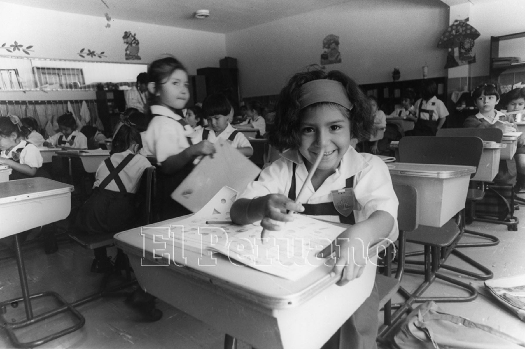 Lima - 1 abril 1993 / Vanessa Quiroz, la niña símbolo de Tarata, en su primer día de clases.