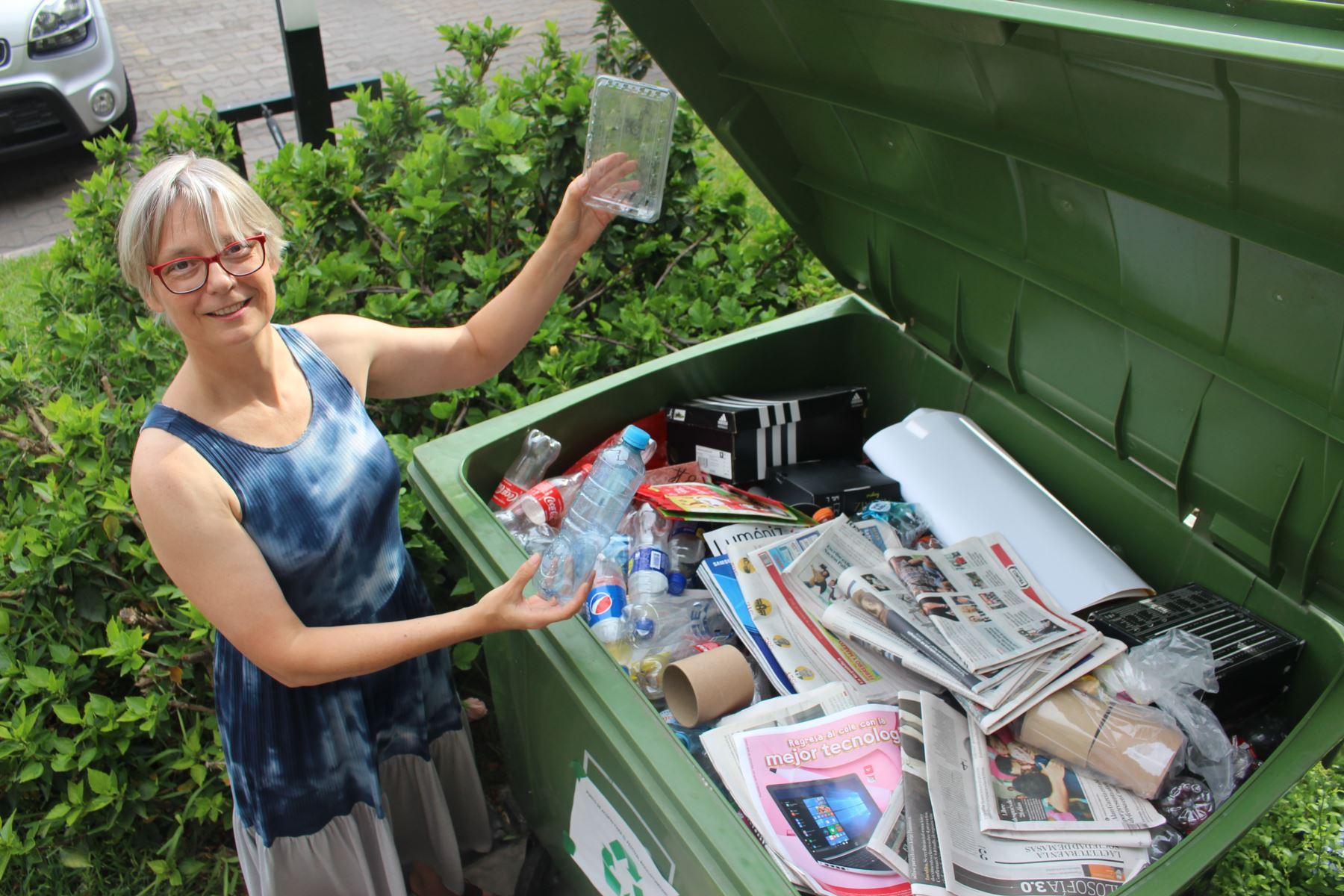Carola Dürr, directora del Goethe-Institut Perú, muestra todo el material de reciclaje recolectado que se convertirá en arte. Foto: Cortesía