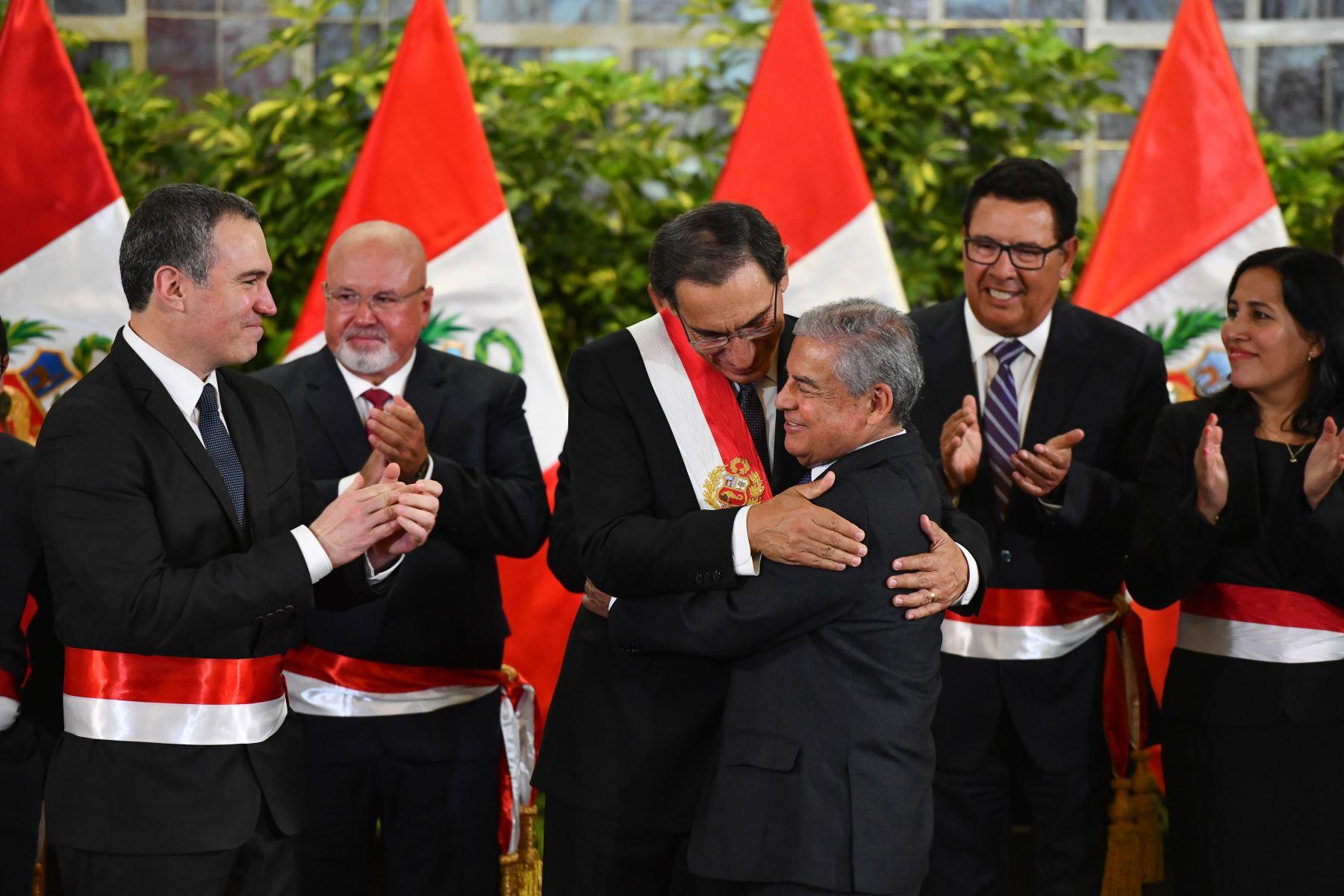 Presidente Vizcarra saluda al saliente jefe del gabinete, Cesar Villanueva. Foto: ANDINA/Prensa Presidencia