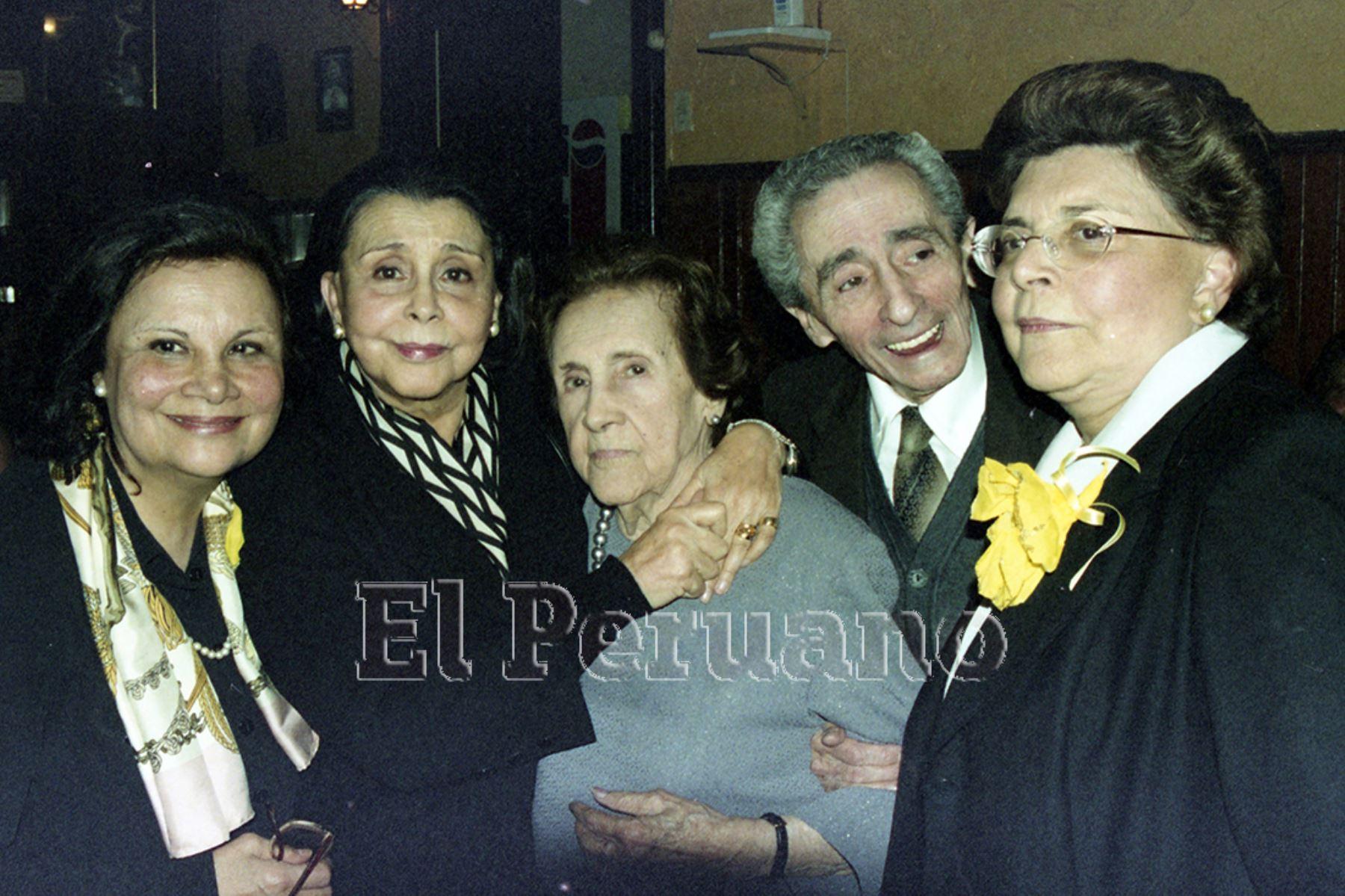 Lima - 14 diciembre 2002. Blanca Varela con su madre Serafina Quinteras y sus hermanos  Raúl y Nelly en la celebración por los 100 años de la compositora. Foto: Archivo El Peruano