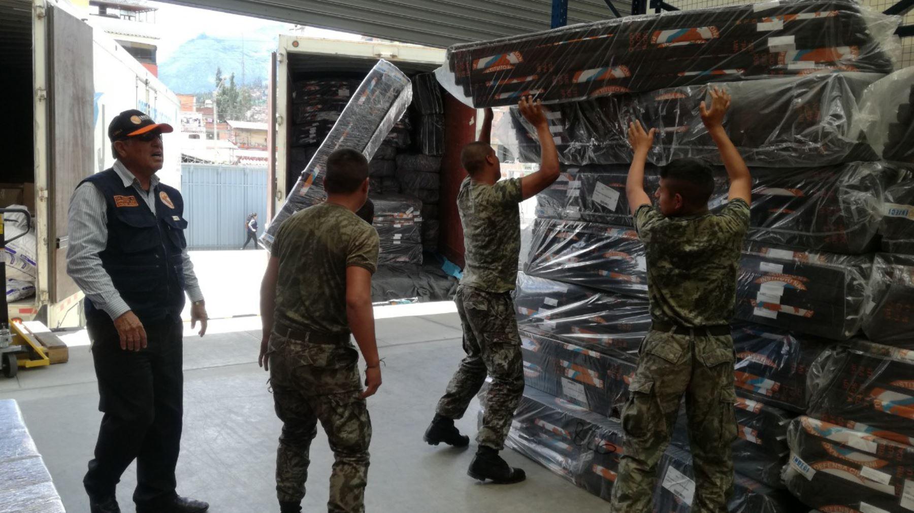 Soldados ayudan en la distribución de la ayuda humanitaria entregada por el Indeci al Gobierno Regional de Áncash para los damnificados y afectados por las lluvias. Foto: ANDINA/Gonalo Horna