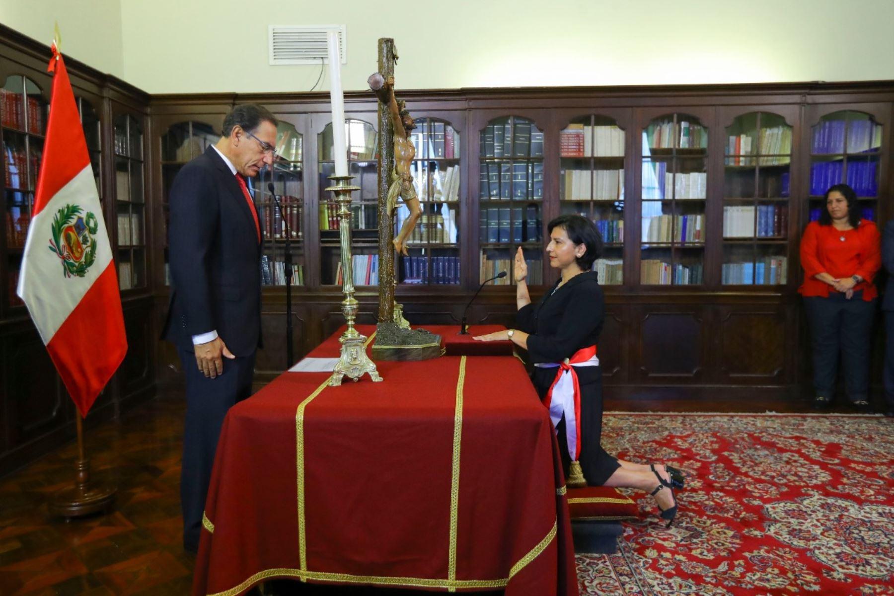 El presidente de la República, Martín Vizcarra, tomó juramento a la ministra de Trabajo y Promoción del Empleo, Sylvia Cáceres, en ceremonia que se realizó en Palacio de Gobierno. Foto: ANDINA/ prensa Presidencia