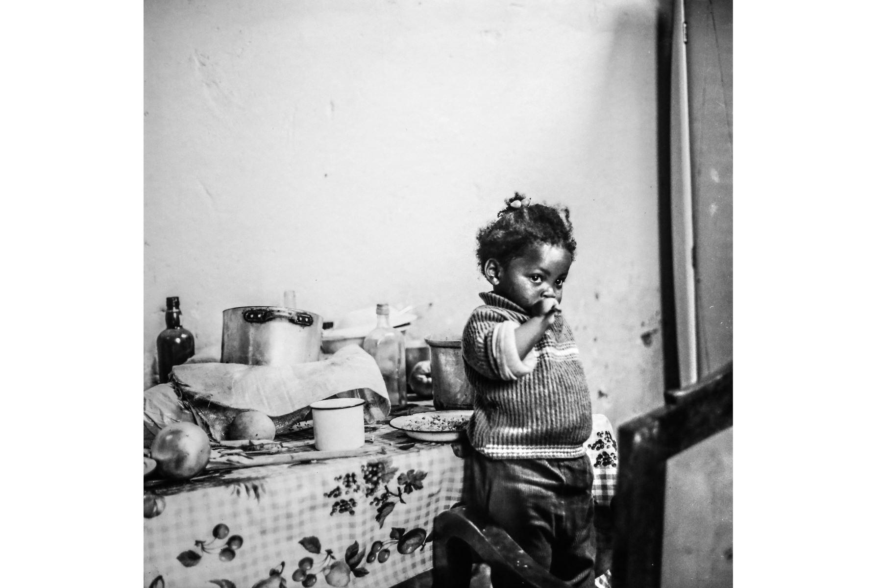 Una de las fotografías favoritas de Beatriz es esa imagen tomada a una niña al lado de la mesa donde se sirve el desayuno. Foto: ANDINA/ Luis Iparraguirre