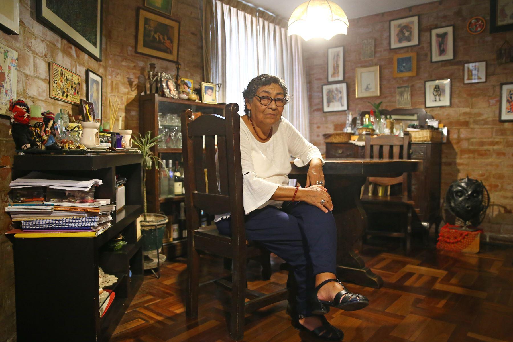 Beatriz Suarez, posa para nuestro lente en su casa ubicada en las Torres de Lima Tambo, San Borja. Foto: ANDINA/ Luis Iparraguirre