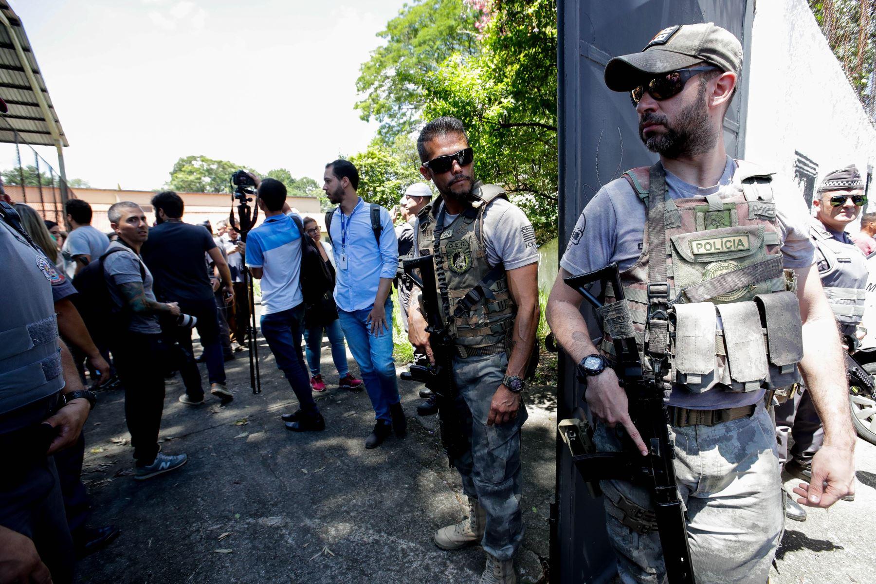 Miembros de la policía montan guardia en una escuela tras un tiroteo en Sao Paulo, Brasil. Foto: EFE