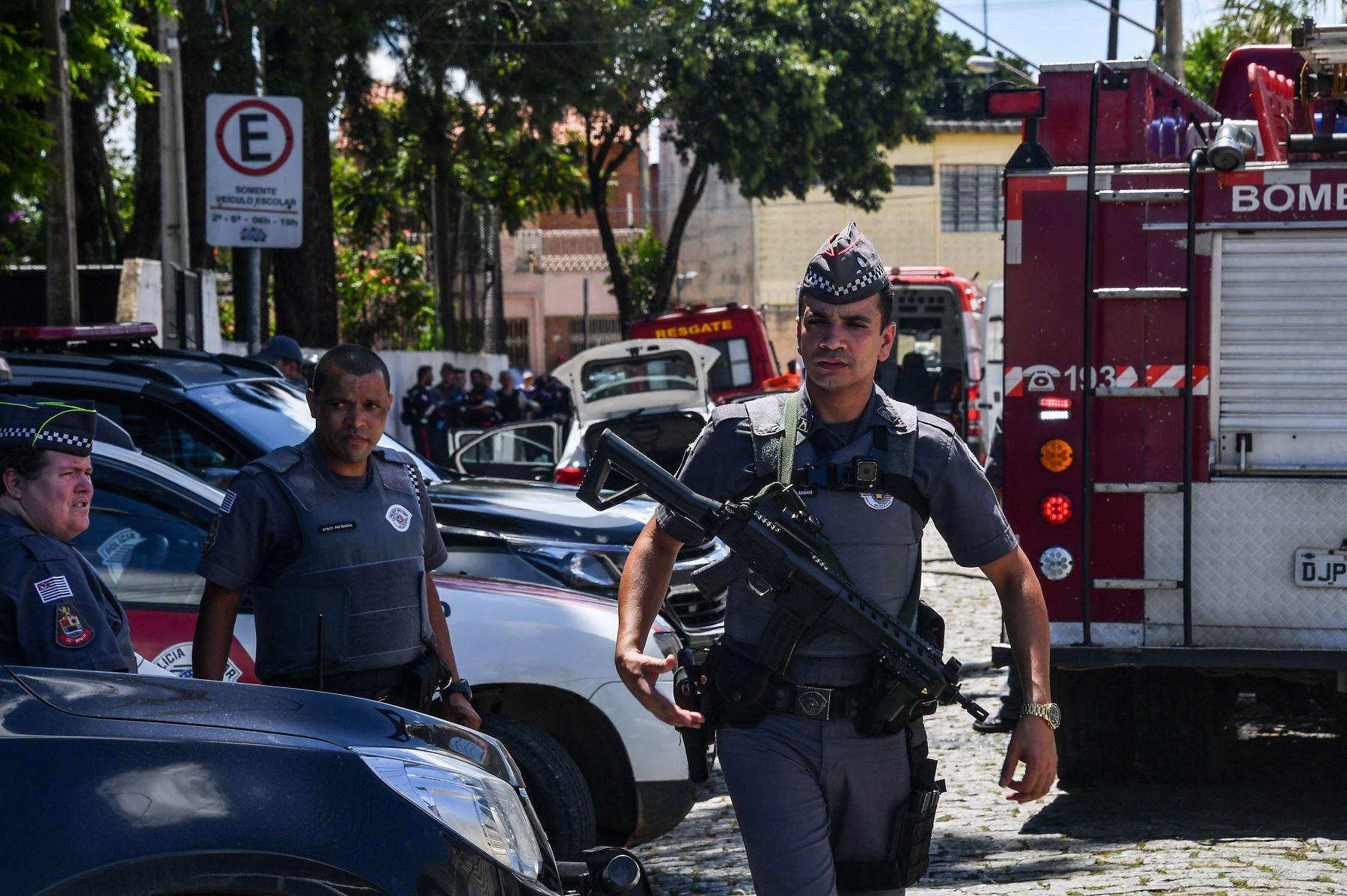 Miembros de la policía montan guardia en una escuela tras un tiroteo en Sao Paulo, Brasil. Foto: AFP