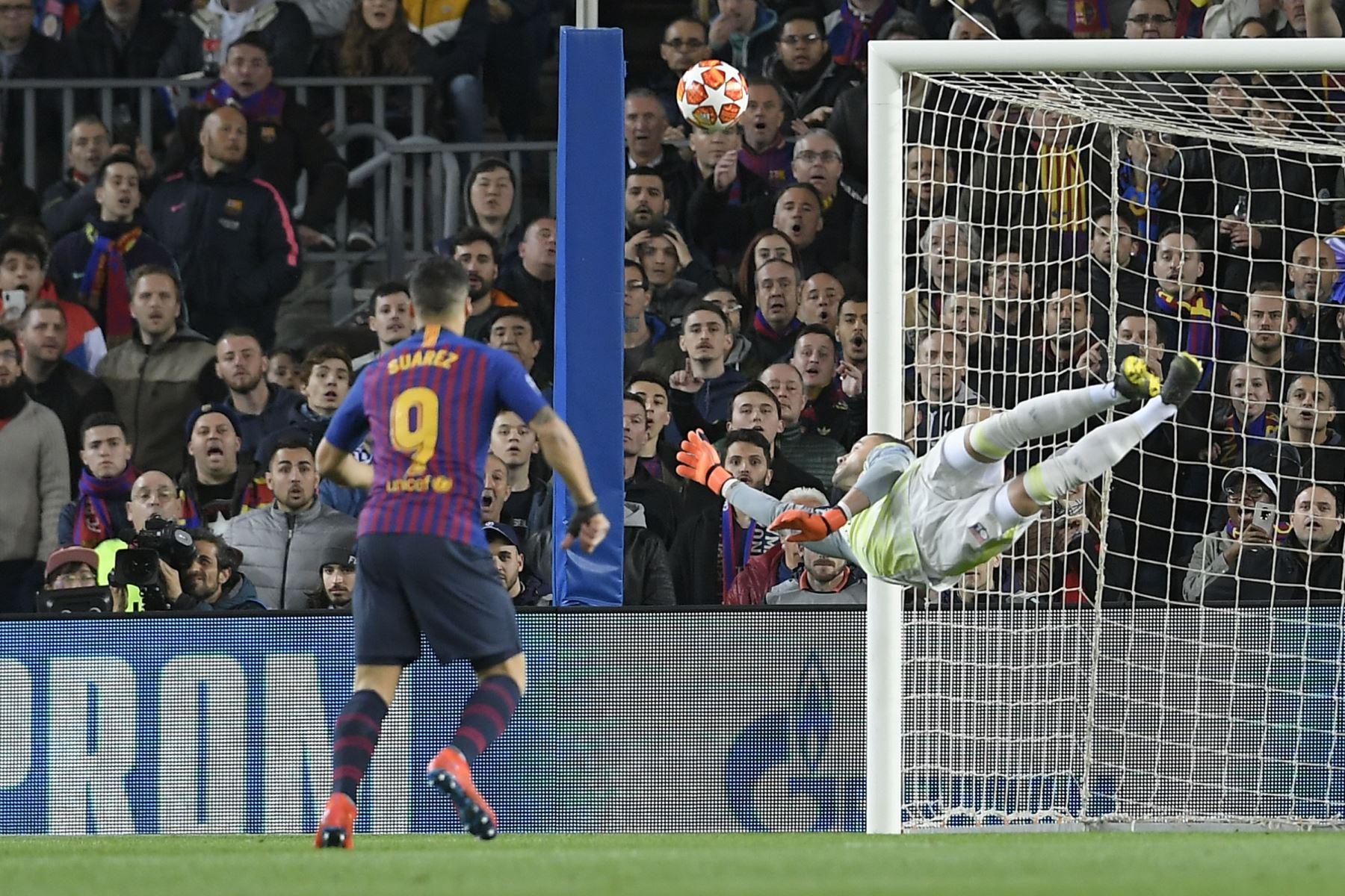 El portero portugués de Lyon, Anthony Lopes, despeja la pelota durante la ronda de la UEFA Champions League  entre el FC Barcelona y el Olympique Lyonnais en el estadio Camp Nou en Barcelona. Foto: AFP