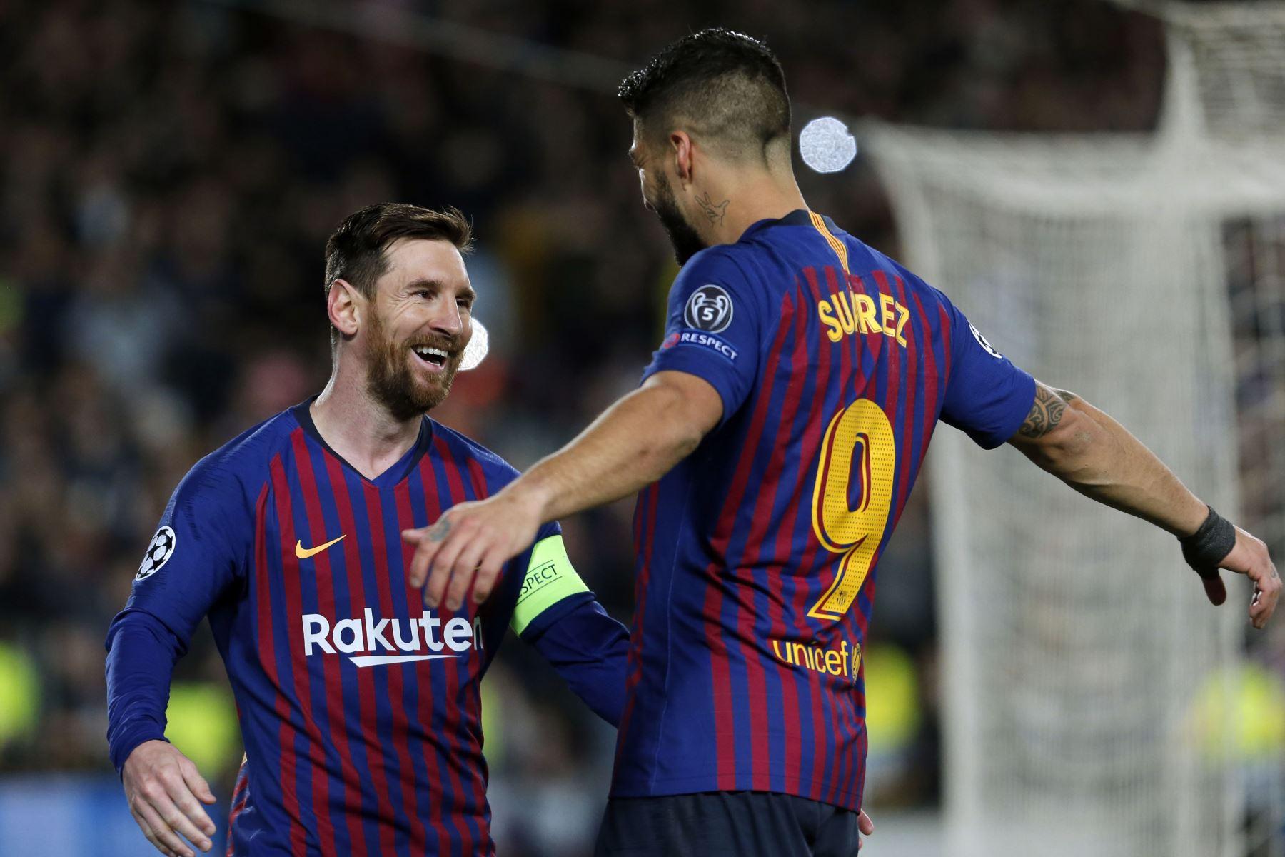 El delantero argentino del Barcelona, Lionel Messi celebra con sus compañeros de equipo después de marcar el primer gol entre el FC Barcelona y el Olympique Lyonnais en el estadio Camp Nou en Barcelona. Foto: AFP