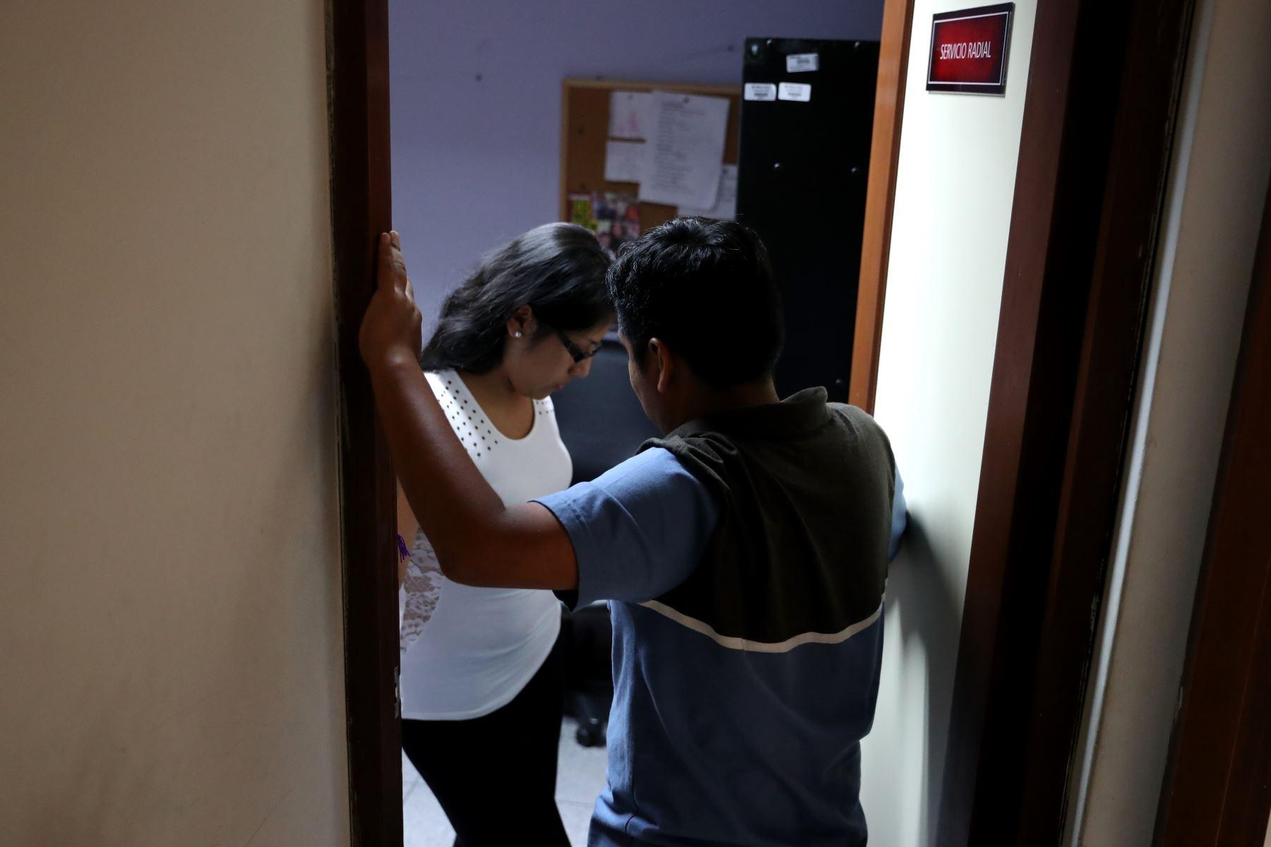 Para la psicóloga de la PUCP Tesania Velázquez, las chicas son víctimas del control violento de sus parejas desde muy jóvenes, por lo que considera abordar desde la niñez temas como el respeto entre las personas, la discriminación de género, relaciones saludables y tóxicas. Foto: ANDINA/Melina Mejía