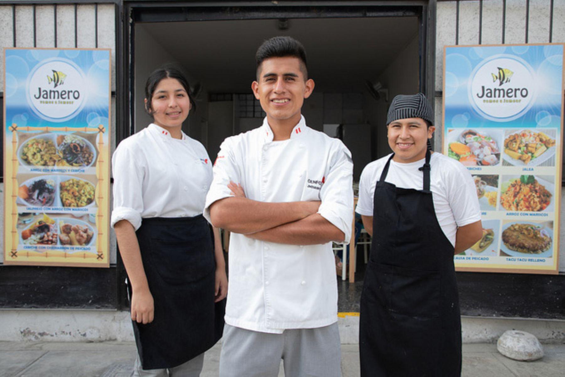 Tiene 22 años, es cocinero gracias a una beca de Pronabec y acaba de abrir su propio restaurante en el distrito de Surquillo. Foto: Pronabec