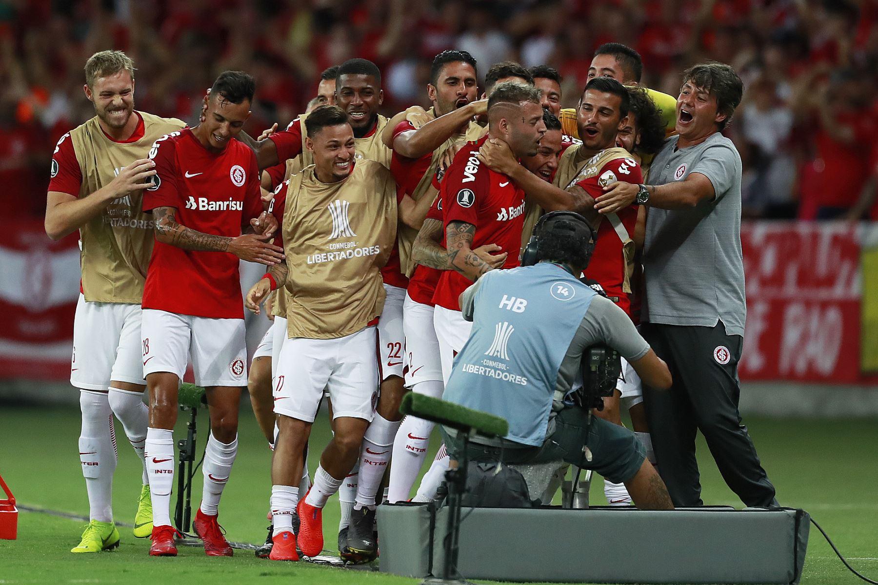 El uruguayo Nicolás López, del Internacional de Brasil, celebra con sus compañeros de equipo luego de anotar contra la Alianza Lima, durante el partido de la Copa Libertadores en el Estadio Beira Río en Porto Alegre, Brasil. Foto: AFP