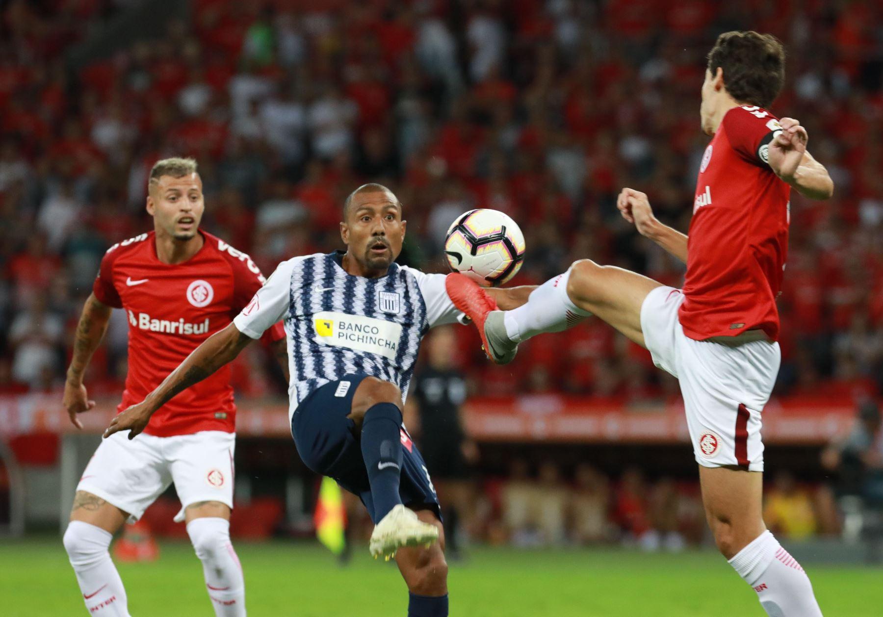 Rodrigo Dourado  de Internacional disputa el balón con Luis Alberto RamÌrez  de Alianza Lima durante un partido por la fase de grupos de la Copa Libertadores. Foto: EFE