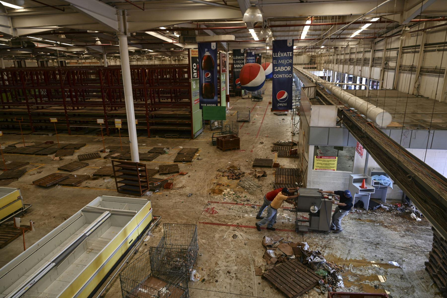 Vista general del interior de un supermercado saqueado durante el apagón masivo que ha paralizado a Venezuela durante seis días en Maracaibo. Foto: AFP