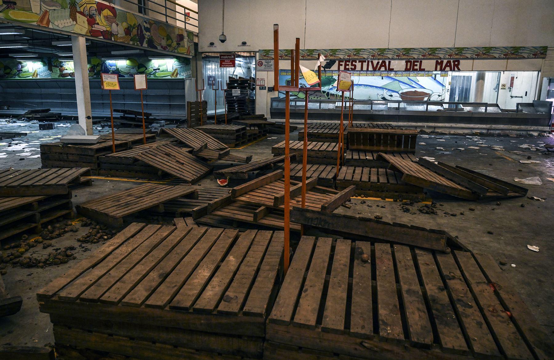 Interiores de un supermercado saqueado durante el apagón masivo que ha paralizado Venezuela durante seis días, en Maracaibo, en el estado fronterizo de Zulia. Foto: AFP