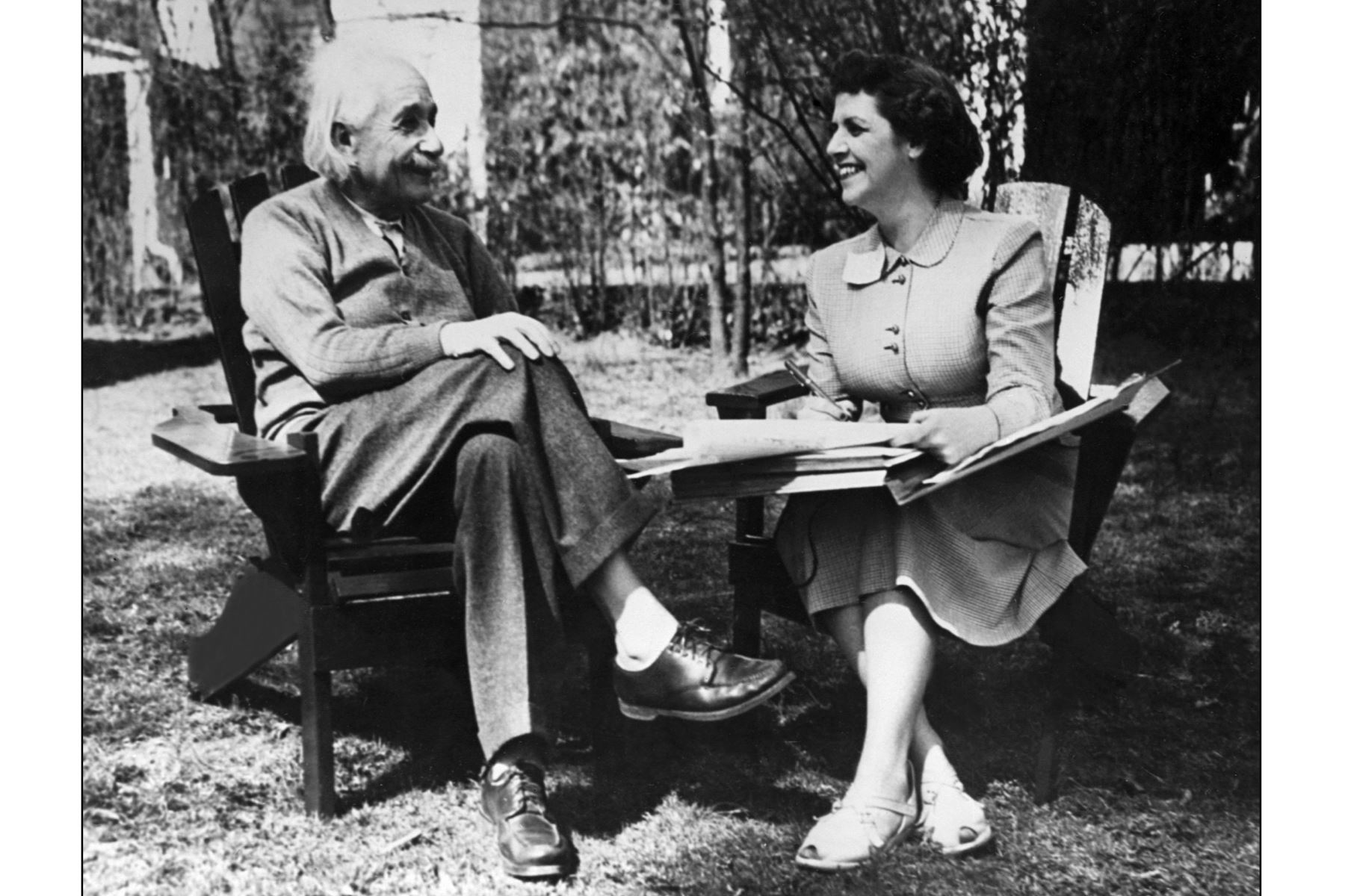 El físico Albert Einstein, autor de la teoría de la relatividad, galardonado con el Premio Nobel de Física en 1921, es entrevistado por la Sra. Kenneth Cromwell en la Universidad de Princeton en los años 50. Foto: AFP