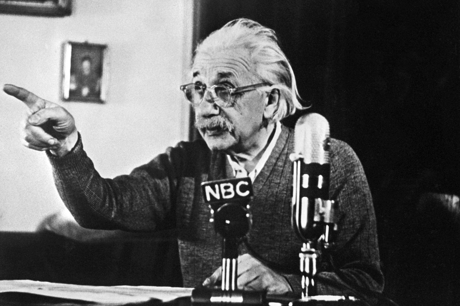"""El físico Albert Einstein, nacido en Alemania, autor de la teoría de la relatividad, declara su oposición sobre la bomba """"H"""" . Foto: AFP"""