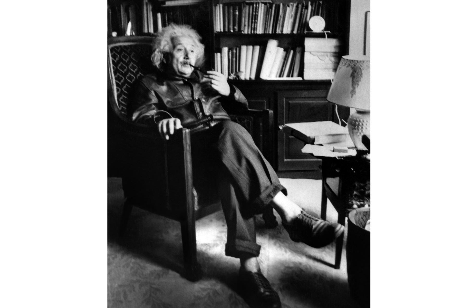 Albert Einstein fuma una pipa el 2 de junio de 1938 en su casa de la Universidad de Princeton. Foto: AFP