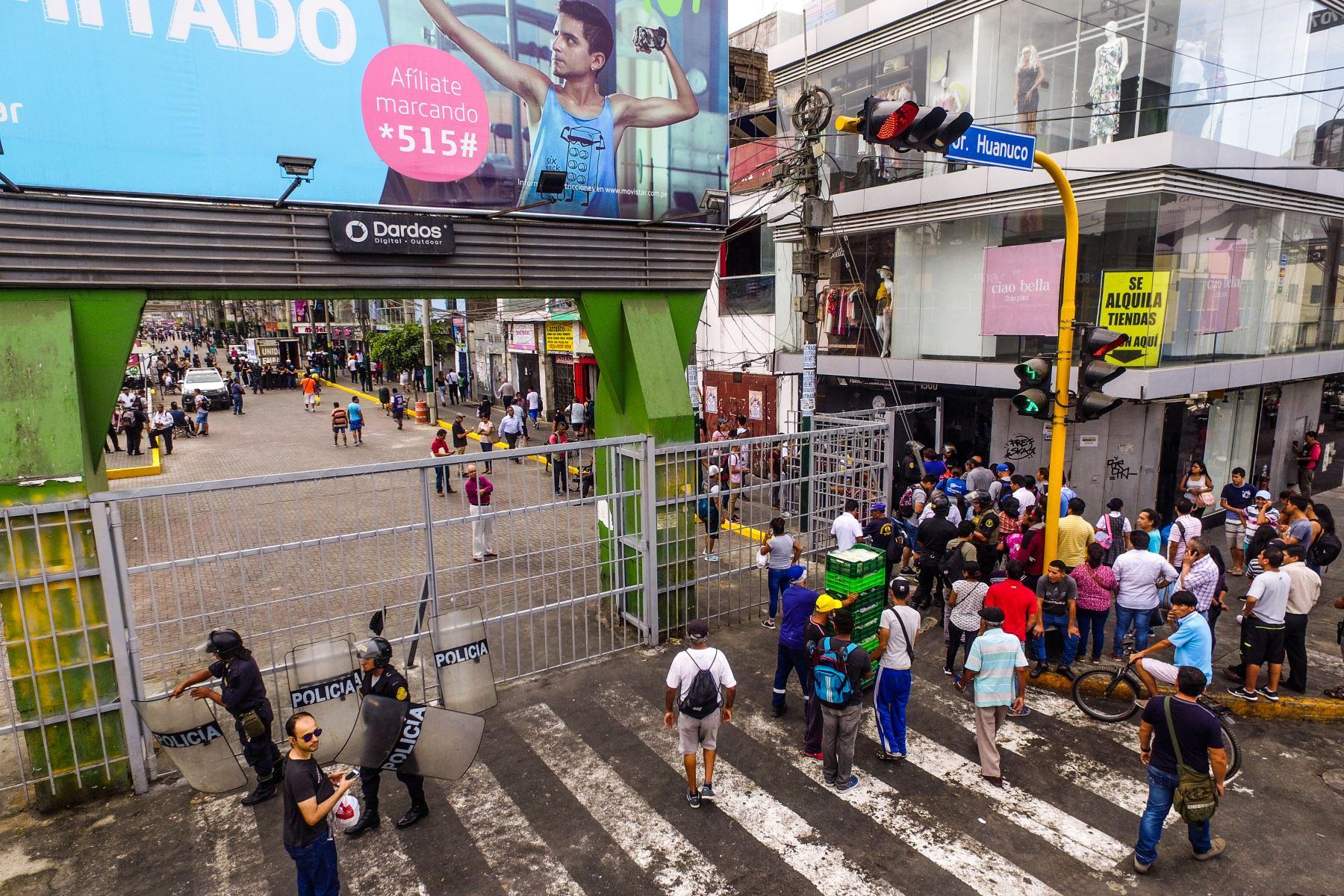 A las 8 de la mañana de hoy se abrieron todos los accesos peatonales y vehiculares autorizados por la municipalidad de La Victoria en el emporio textil de Gamarra. Foto: ANDINA/ Daniel Bracamonte