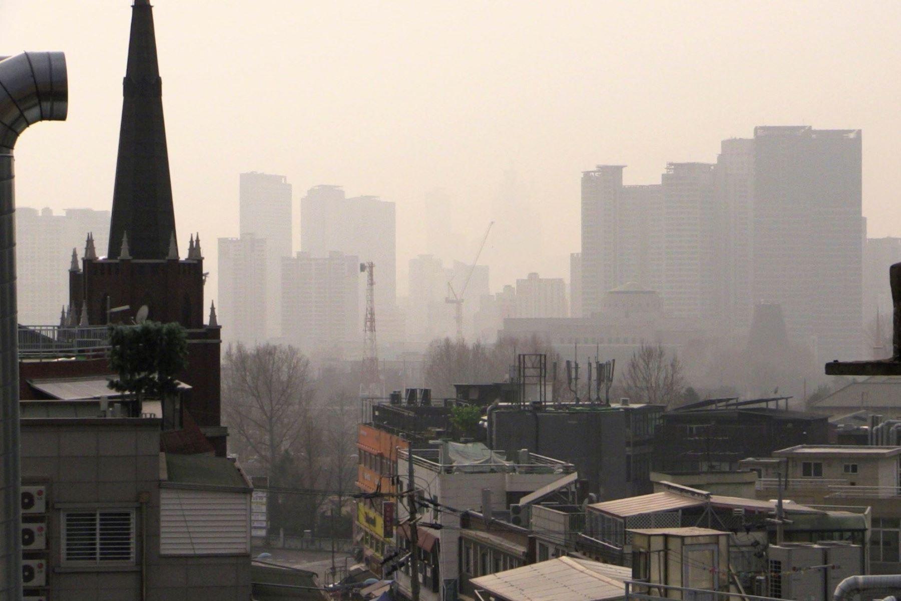 Una capa de contaminación cubre la ciudad de Seúl en Corea del Sur. Foto: EFE