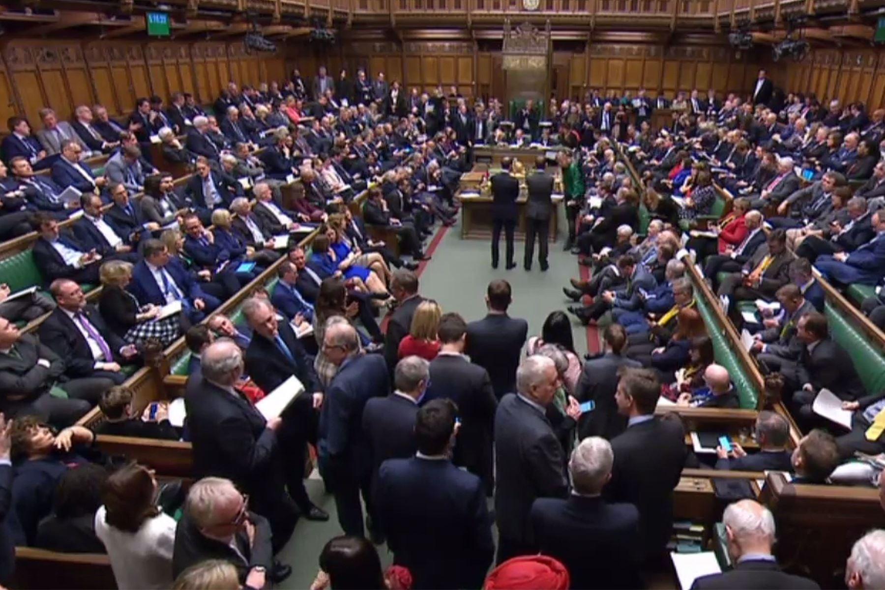 Miembros del Parlamento de gran Bretaña votan en una moción sobre la demora de la fecha de su salida de la UE. Foto: AFP..