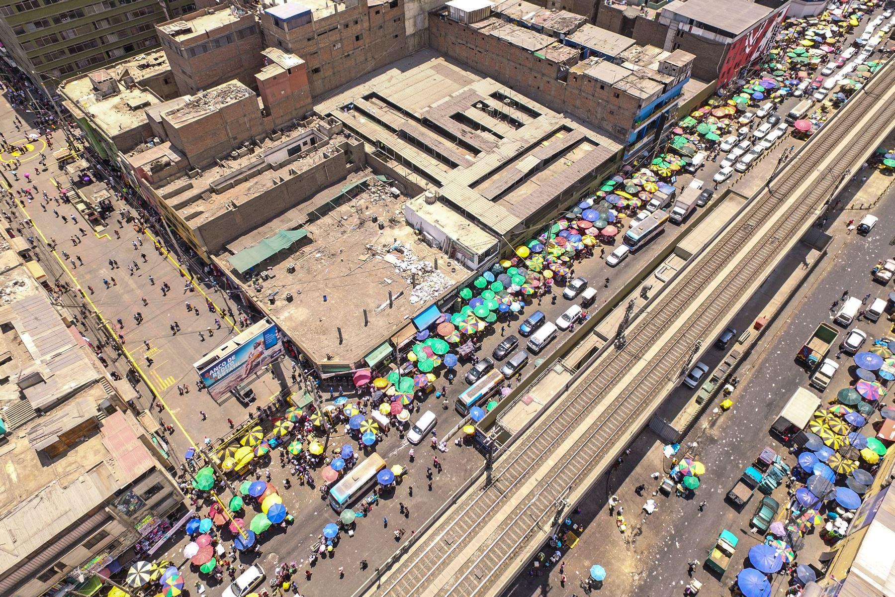 Ambulantes que operaban en el emporio comercial de Gamarra, La Victoria, se han trasladado ahora a la avenida Aviación, generando intensa congestión vehicular en otro punto del mismo distrito. Foto: ANDINA/ Lenin Lobaton