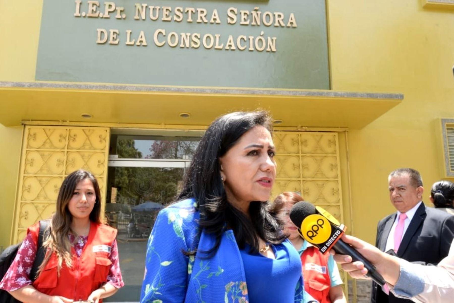 La ministra de la Mujer, Gloria Montenegro, visitó a la joven que denunció haber sido víctima de violación sexual en su colegio cuando era escolar. Foto: ANDINA/Difusión.