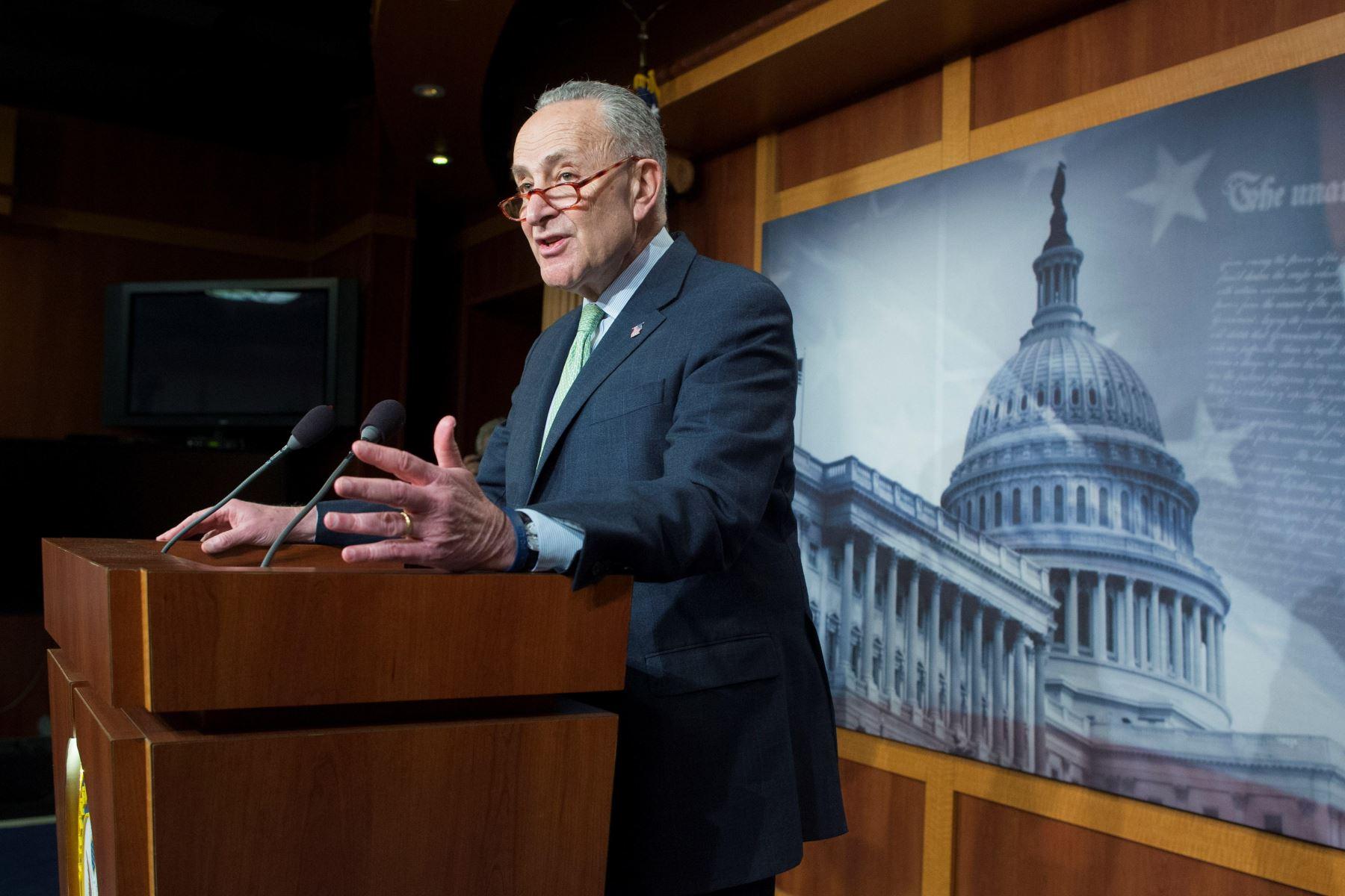 El líder de la Minoría del Senado, el demócrata Chuck Schumer, habla en rueda de prensa  después de que el senado votara en contra de la emergencia nacional decretara por el presidente estadounidense, Donald Trump. Foto: EFE