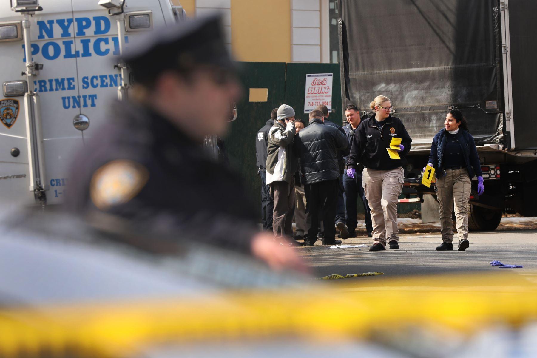 La policía se detiene cerca de donde el reputado jefe de la mafia, Francesco Franky Boy Cali, vivió y fue asesinado a tiros en el vecindario de Todt Hill en el distrito de Staten Island Nueva York. Foto: AFP