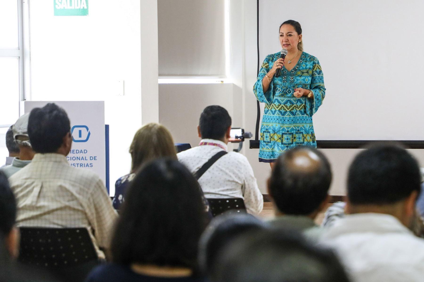 Ministra de la Producción, Rocío Barrios, se dirige a micro y pequeños empresarios que fabricarán mobiliario para los Juegos Panamericanos 2019. Foto: Cortesía.