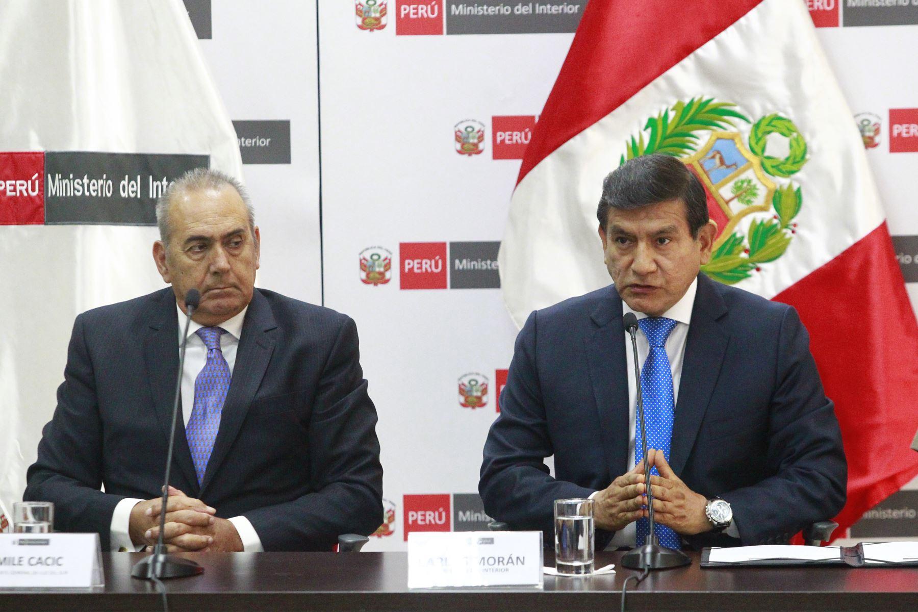 Ministro del Interior, Carlos Moran y Máximo Ramírez, Gerente General de Luz del Sur firman convenio en favor de la policía nacional.  Foto: ANDINA/Eddy Ramos