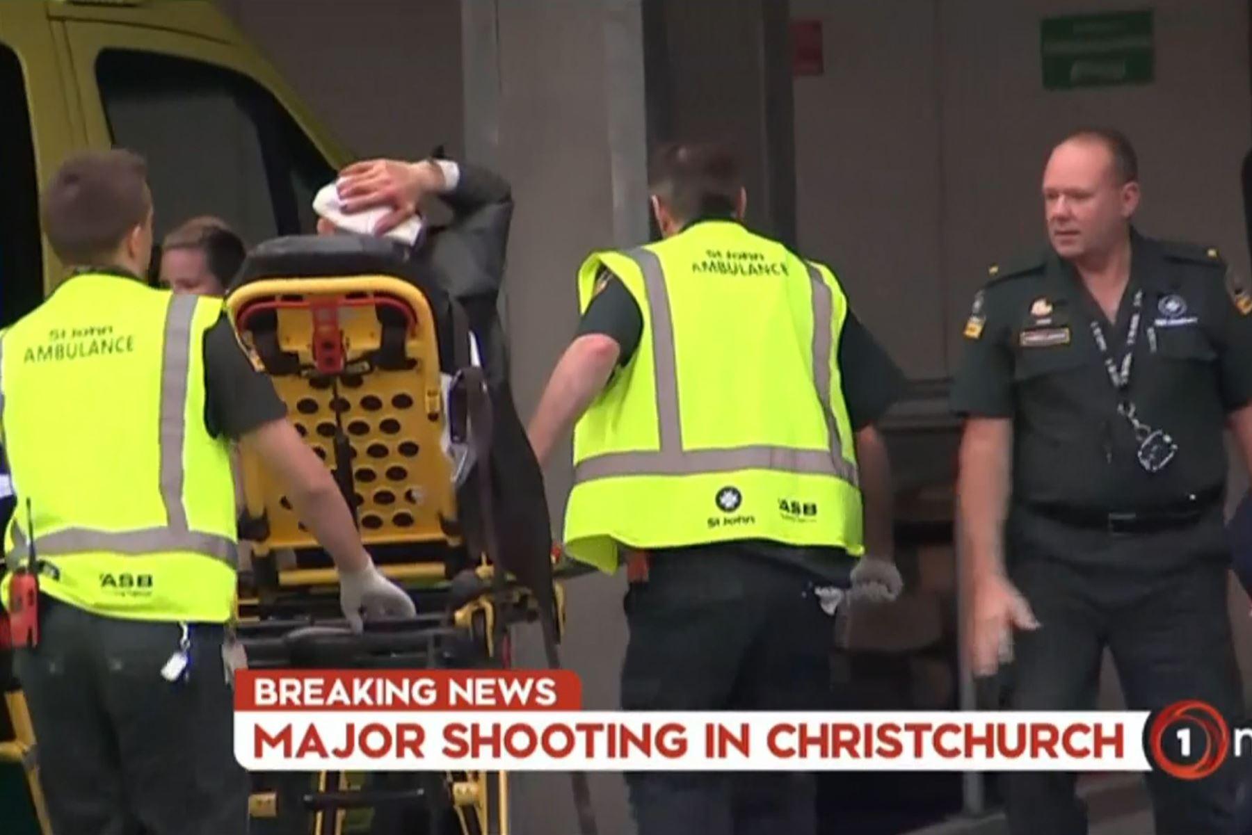 Captura de imagen de TV New Zealand tomada el 15 de marzo de 2019 muestra a una víctima sosteniendo su cabeza cuando llega a un hospital después del tiroteo en la mezquita de Christchurch. Foto: AFP