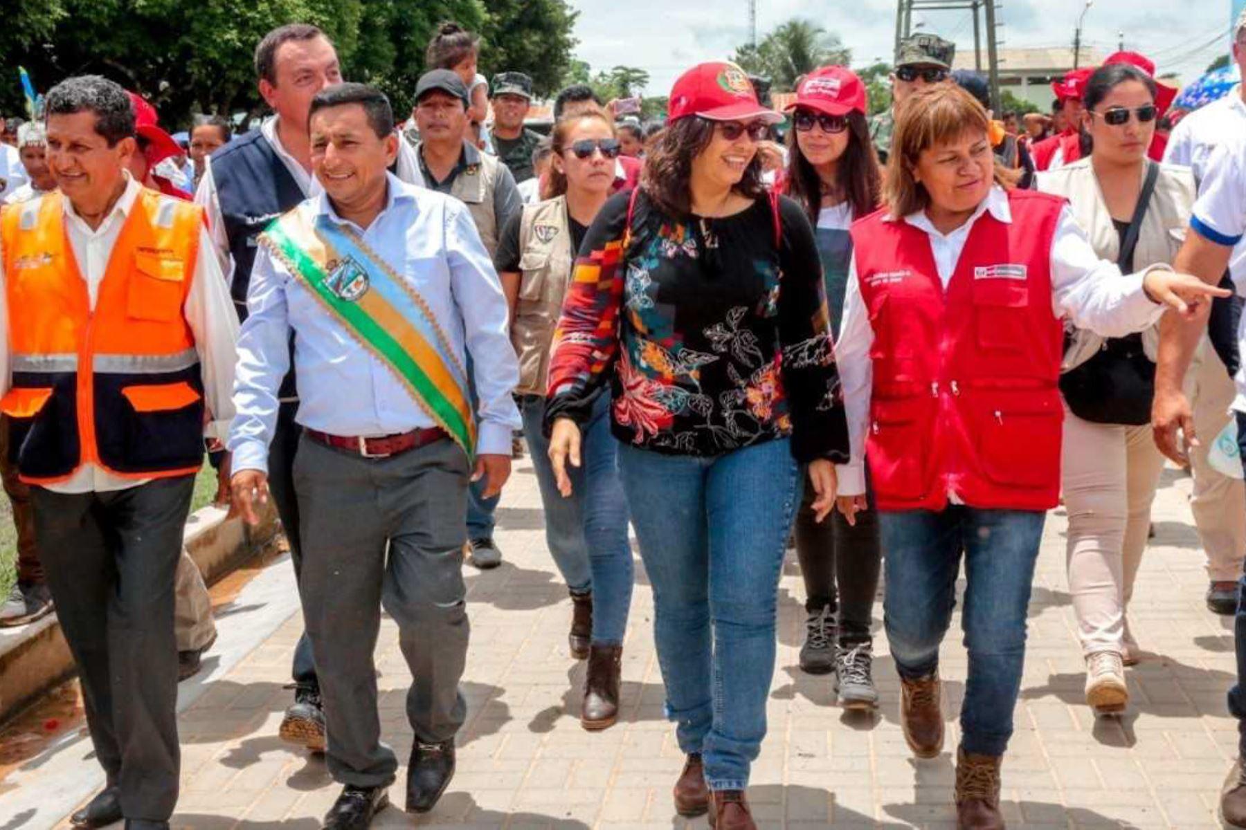 """La ministra de Salud, Zulema Tomás Gonzáles, y la Primera Dama de la Nación, Maribel Díaz Cabello, participaron en la Feria Multisectorial realizada como parte de la Campaña """"Tú amor es de hierro"""" que busca combatir la anemia en menores de tres años de edad."""