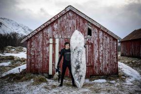 El noruego Inge Tamburaci Wegge, de 32 años, jefe del proyecto Iceboard, posa con una tabla de surf hecha de hielo. Foto: AFP