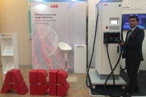 """El especialista en movilidad eléctrica de ABB en el Perú Edwin Zorrilla presentó en la ciudad de Arequipa el primer cargador rápido """"electrolinera"""" para vehículos eléctricos."""