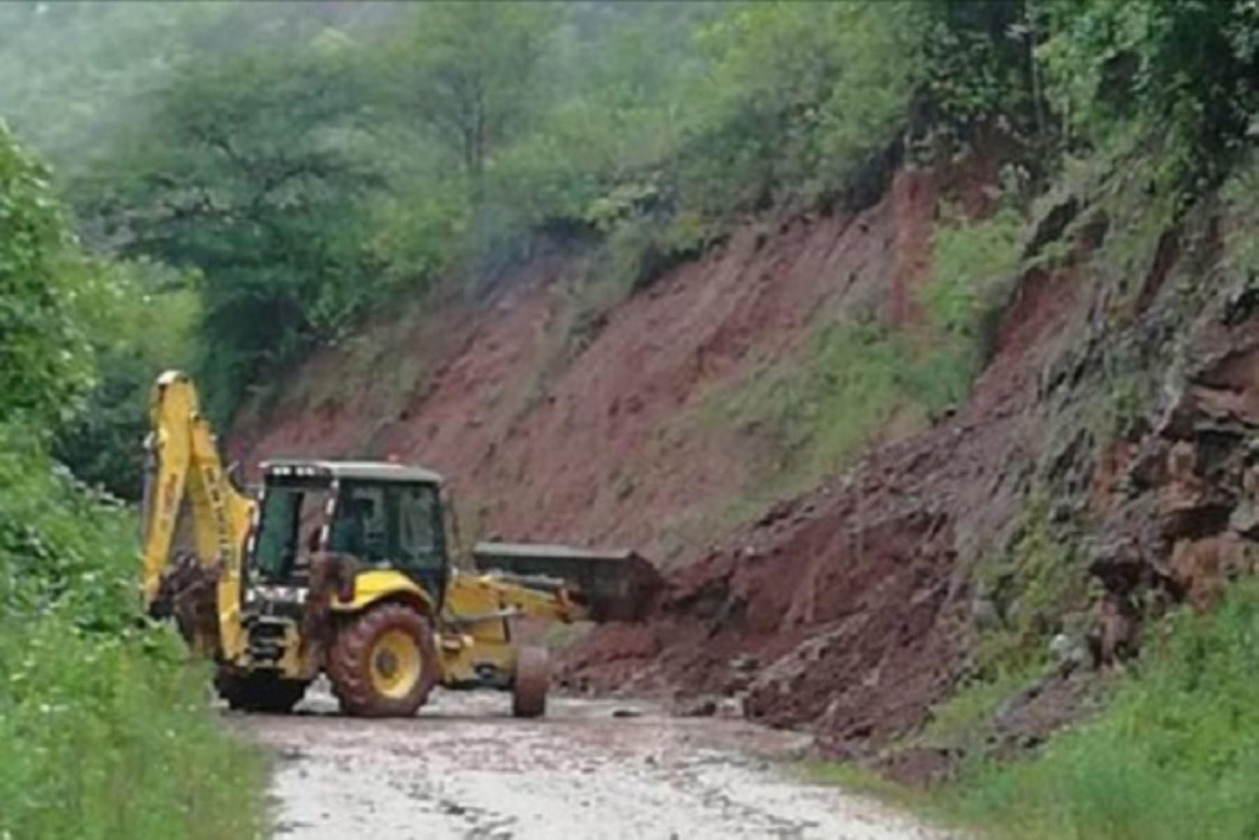 Las constantes y fuertes lluvias causaron un huaico que bloquearon la trocha carrozable en el sector Huinocuho-Colcamar, en el distrito de Lamud, provincia de Luya, departamento de Amazonas.
