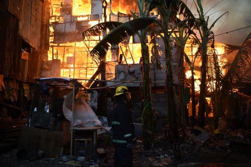 Incendio destruye 250 casas y deja 750 familias sin hogar en Manila