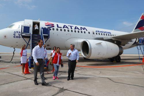 Presidente Vizcarra inaugura el primer vuelo comercial Lima-Ilo e inspecciona la carretera San Jerónimo Algarrobal