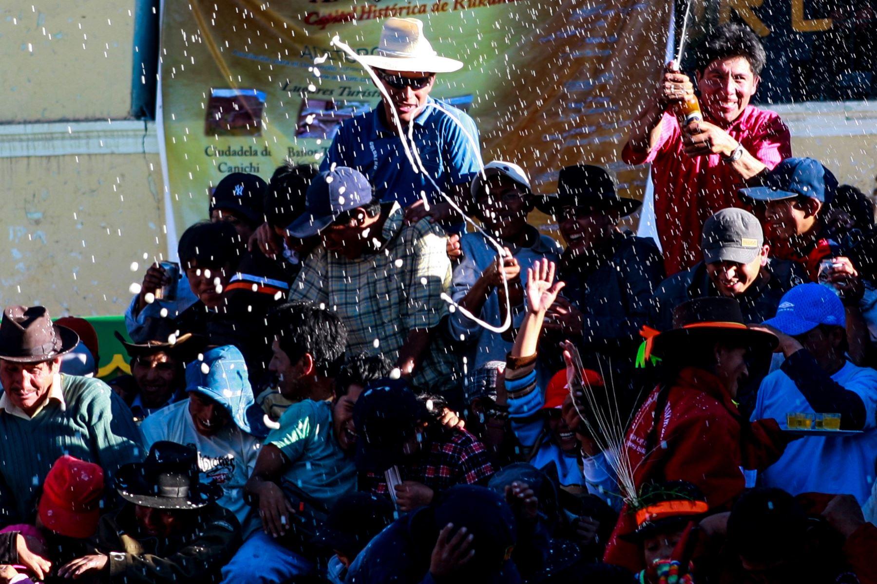 Las actividades empiezan con el mesapampay o pago al agua y la tierra. Los pobladores acompañan al maestro y chacchan coca, fuman un cigarrillo mientras Cupe y los ñahuis extraen de la tierra los pagos hechos el año anterior. Foto: ANDINA/ Carlos Lezama