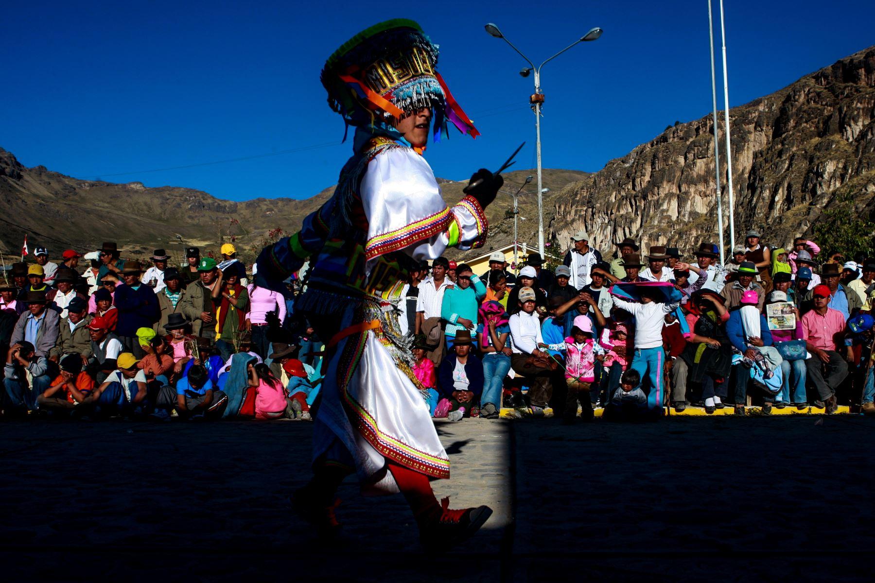La fiesta empieza y en todos los actos participan los danzantes de tijeras. Durante toda la festividad se celebran competencias en la mañana y al caer el sol. El misticismo se siente en cada baile de estos danzantes. Foto: ANDINA/Carlos Lezama