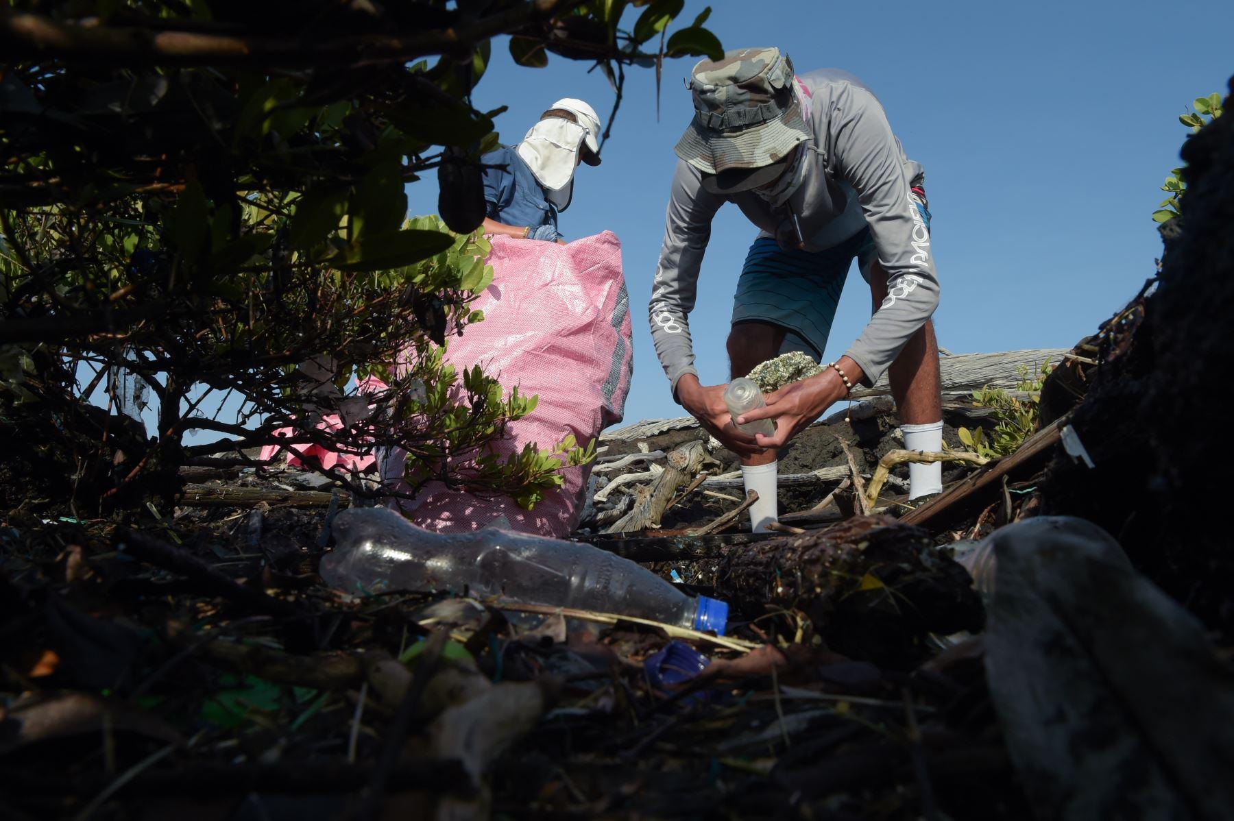 Un voluntario recolecta basura en la costa de la isla Isabela en el archipiélago de las Galápagos en el Océano Pacífico, a 1000 km de la costa de Ecuador.Foto:AFP