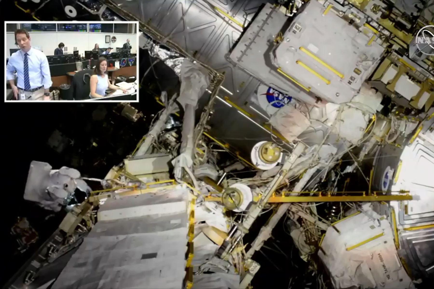 Imagen obtenida de la televisión de la NASA muestra al astronauta francés de la ESA Thomas Pesquet (en el recuadro) en el Centro Espacial Johnson en Houston, Texas, el 22 de marzo de 2019. Foto: AFP