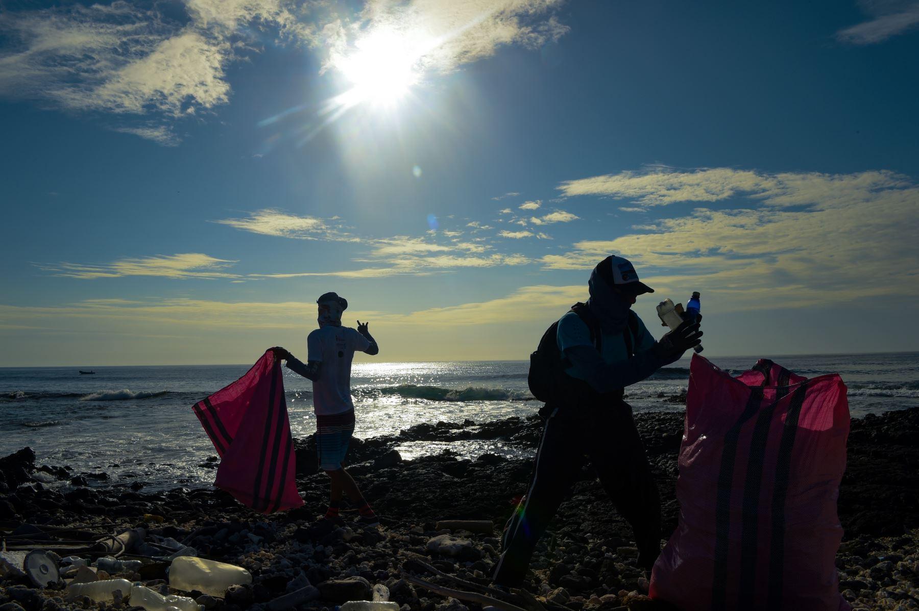 Los voluntarios recolectan basura en la costa de la isla Isabela en el archipiélago de las Galápagos en el Océano Pacífico, a 1000 km de la costa de Ecuador.Foto:AFP