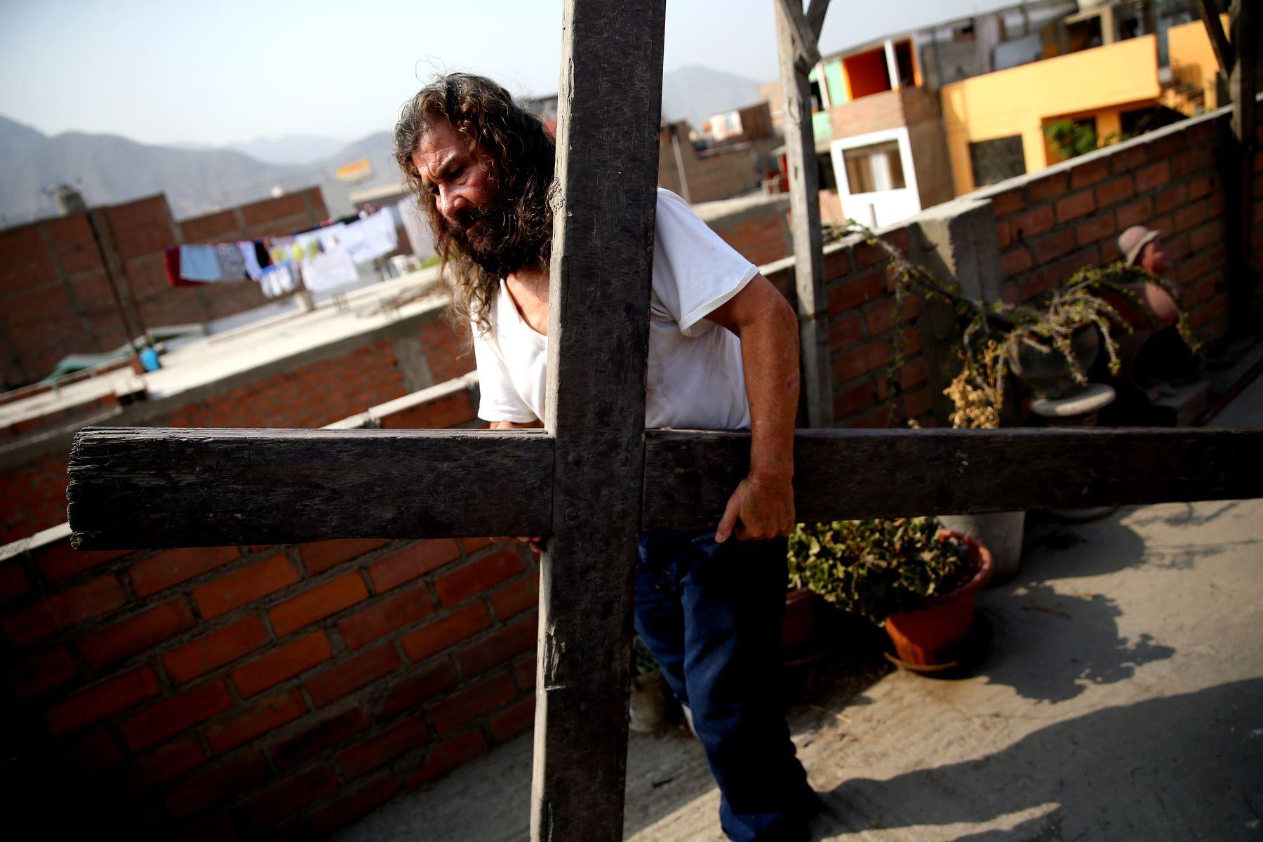Valencia volverá a cargar la cruz en abril, durante la Semana Santa. Foto: ANDINA/Luis Iparraguirre