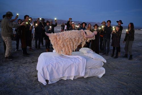 """La gente ve la obra de arte """"Levitación"""" creada por la artista francesa / estadounidense Josephine Wister Faure, a orillas del Mar Salton en Bombay Beach, California. Foto: AFP"""