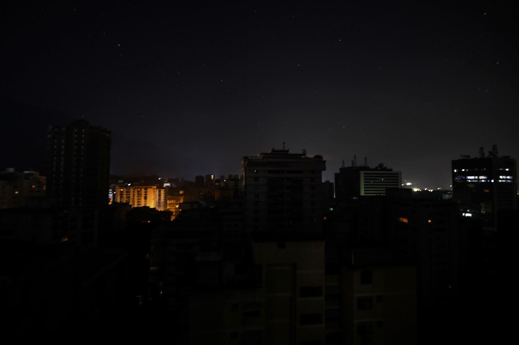 Vista general de un sector sin luz durante un apagón en Caracas el 25 de marzo de 2019. Foto: AFP