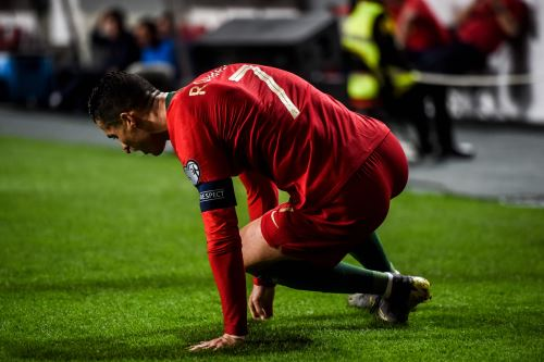 El delantero de Portugal, Cristiano Ronaldo, se sienta en el campo durante el partido de fútbol del Grupo B de clasificación para la Euro 2020 entre Portugal y Serbia. Foto: AFP