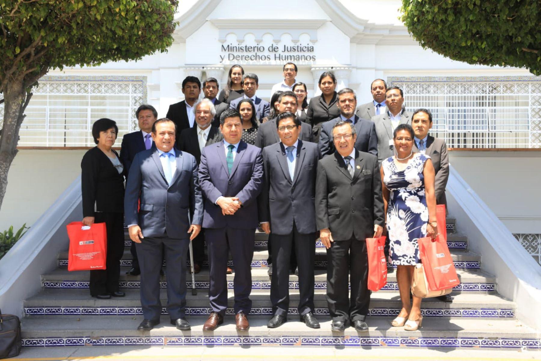 El ministro de Justicia y Derechos Humanos, Vicente Zeballos, recibió a un grupo de gobernadores regionales en la sede del sector.